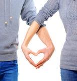 Couples dans l'amour montrant le coeur Image stock