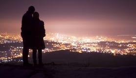 Couples dans l'amour observant un fond de ville Photographie stock