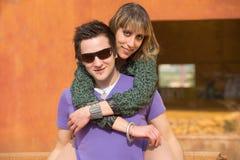 Couples dans l'amour, outde une ruine industrielle Photo stock
