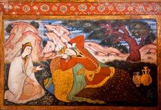 Couples dans l'amour parlant dans le jardin sur la peinture murale historique Photos stock