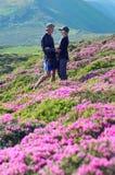 Couples dans l'amour parmi les fleurs Image libre de droits