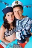 Couples dans l'amour pendant la grossesse dans un type marin Images stock