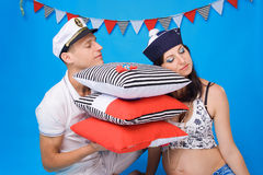 Couples dans l'amour pendant la grossesse dans un type marin Image stock