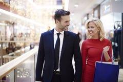 Couples dans l'amour pendant les achats Image libre de droits