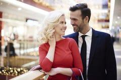 Couples dans l'amour pendant les achats Photo stock