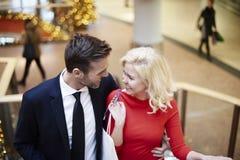 Couples dans l'amour pendant les achats Image stock