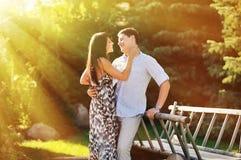 Couples dans l'amour - portrait extérieur Photos libres de droits