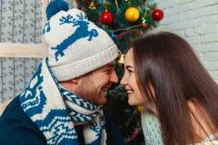Couples dans l'amour près de l'arbre de Noël Photographie stock