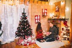 Couples dans l'amour près de l'arbre de Noël Photo stock