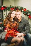 Couples dans l'amour près de l'arbre de Noël Photos libres de droits