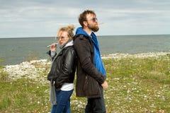 Couples dans l'amour près de l'automne de mer Image stock