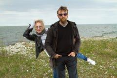 Couples dans l'amour près de l'automne de mer Images stock