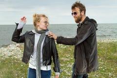 Couples dans l'amour près de l'automne de mer Photos libres de droits