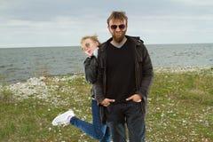 Couples dans l'amour près de l'automne de mer Image libre de droits