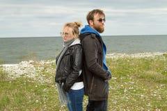 Couples dans l'amour près de l'automne de mer Photographie stock