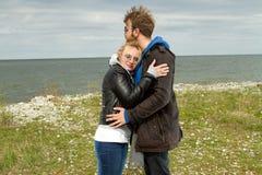 Couples dans l'amour près de l'automne de mer Photos stock