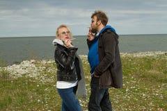 Couples dans l'amour près de l'automne de mer Images libres de droits