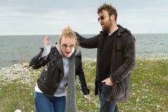 Couples dans l'amour près de l'automne de mer Photographie stock libre de droits