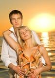 Couples dans l'amour près de l'océan Photographie stock