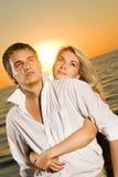 Couples dans l'amour près de l'océan Photographie stock libre de droits