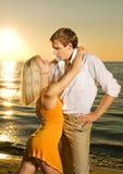 Couples dans l'amour près de l'océan Photo libre de droits