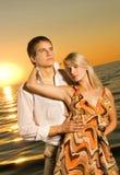 Couples dans l'amour près de l'océan Photos stock