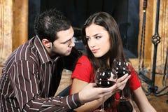 Couples dans l'amour près de la cheminée Photos libres de droits