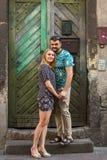 Couples dans l'amour près de la porte d'une vieille maison heureux Photos libres de droits