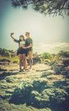 Couples dans l'amour prenant des photos Photos stock