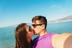 Couples dans l'amour prenant l'autoportrait sur la plage Image libre de droits