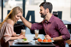 Couples dans l'amour prenant le déjeuner dans le restaurant ensemble Photographie stock libre de droits