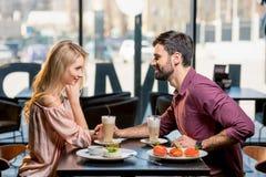 Couples dans l'amour prenant le déjeuner dans le restaurant ensemble Image libre de droits