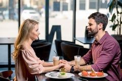 Couples dans l'amour prenant le déjeuner ensemble dans le restaurant Images libres de droits