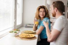 Couples dans l'amour prenant le petit déjeuner à la maison Images stock