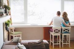 Couples dans l'amour prenant le petit déjeuner à la maison Photos libres de droits