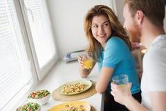 Couples dans l'amour prenant le petit déjeuner à la maison Photographie stock libre de droits