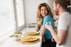 Couples dans l'amour prenant le petit déjeuner à la maison Image libre de droits