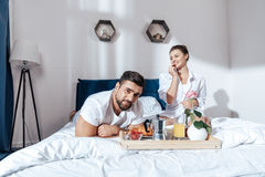 Couples dans l'amour prenant le petit déjeuner dans le lit Image stock