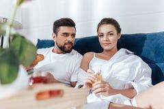 Couples dans l'amour prenant le petit déjeuner dans le lit Photos stock