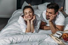 Couples dans l'amour prenant le petit déjeuner dans le lit Images libres de droits