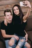 Couples dans l'amour prenant le selfie à l'intérieur Image stock