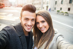 Couples dans l'amour prenant le selfie Images stock