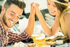 Couples dans l'amour prenant le selfie au restaurant de bière Photos libres de droits