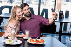 Couples dans l'amour prenant le selfie sur le smartphone Image stock