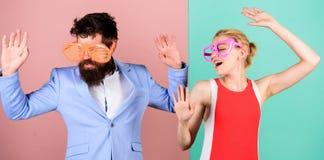 Couples dans l'amour rapports Fête au bureau Meilleurs amis Été va photo stock