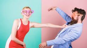 Couples dans l'amour rapports Couples heureux en verres de partie bureau photo stock