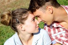 Couples dans l'amour regardant l'un l'autre Images libres de droits