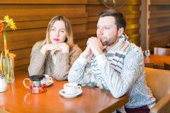Couples dans l'amour regardant la fenêtre de cuvette d'un coffeeshop Images libres de droits