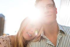 Couples dans l'amour regardant rêveusement dans le ciel Photos libres de droits