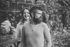 Couples dans l'amour Relations et romance d'amour Couples dans l'amour en stationnement d'automne Photos stock